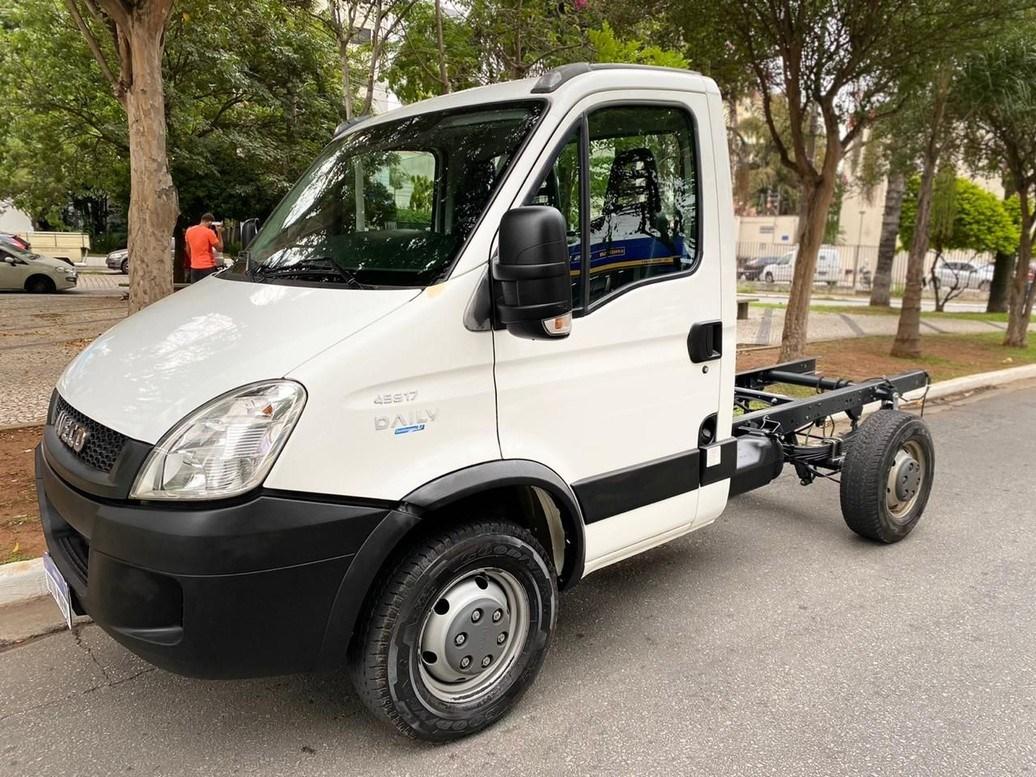 //www.autoline.com.br/carro/iveco/daily-30-45s17-cs-8v-diesel-2p-manual/2017/sao-paulo-sp/13220010