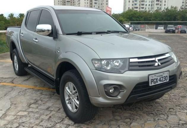 //www.autoline.com.br/carro/mitsubishi/l200-triton-32-hpe-16v-diesel-4p-automatico-4x4-turbo-int/2015/natal-rn/11822637