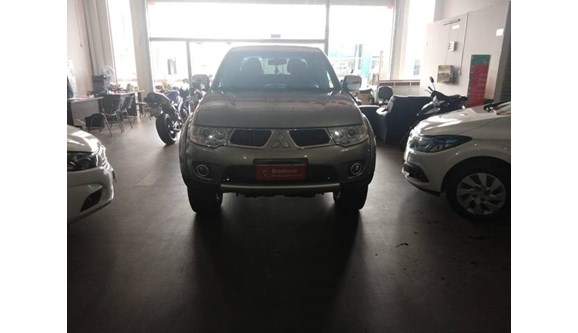 //www.autoline.com.br/carro/mitsubishi/l200-triton-32-hpe-4x4-16v-turbo-ic-170cv-4p-diesel-manua/2013/quirinopolis-go/9667543