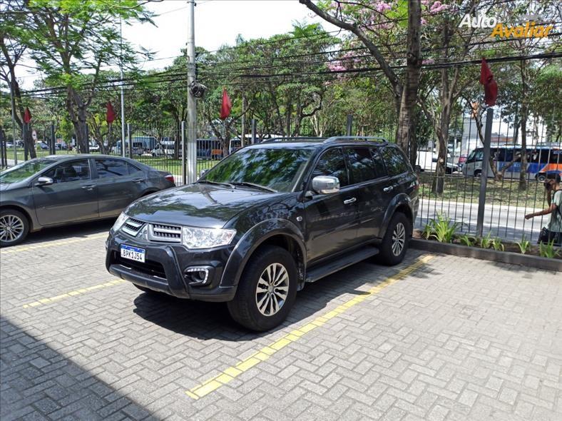//www.autoline.com.br/carro/mitsubishi/pajero-32-hpe-16v-diesel-4p-4x4-turbo-automatico/2018/sao-paulo-sp/15867220