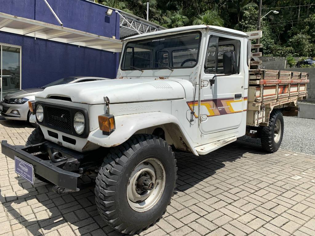 //www.autoline.com.br/carro/toyota/bandeirante-40-oj55lp-bl-csim90cv-2p-diesel-manual/1987/joinville-sc/10614728