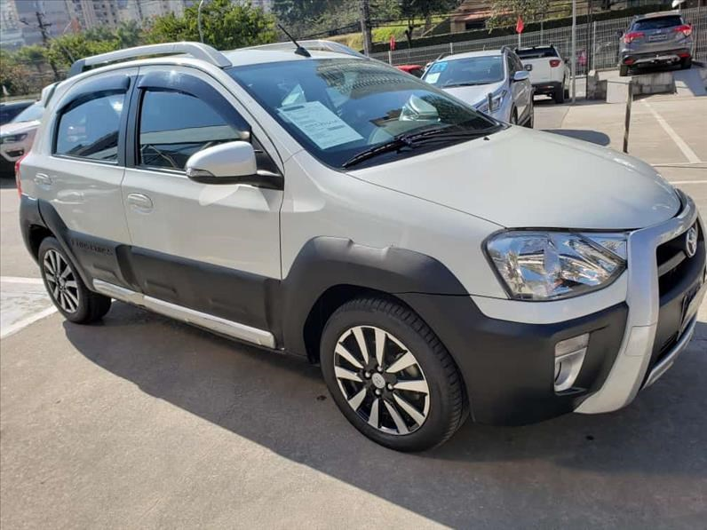 //www.autoline.com.br/carro/toyota/etios-15-cross-16v-flex-4p-automatico/2018/sao-paulo-sp/15155351