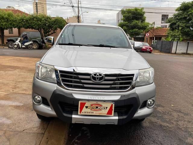 //www.autoline.com.br/carro/toyota/hilux-27-srv-16v-picape-flex-4p-automatico/2015/rio-verde-go/13542178