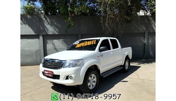 //www.autoline.com.br/carro/toyota/hilux-27-sr-4x2-at-16v-158cv-4p-flex-automatico/2015/sao-paulo-sp/5195456