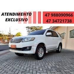 //www.autoline.com.br/carro/toyota/hilux-sw4-27-sr-16v-flex-4p-automatico/2014/joinville-sc/12126075