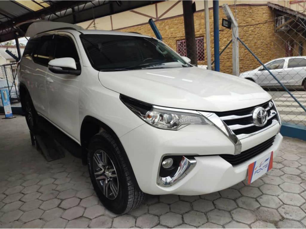 //www.autoline.com.br/carro/toyota/hilux-sw4-27-sr-16v-flex-4p-automatico/2017/blumenau-sc/14851297